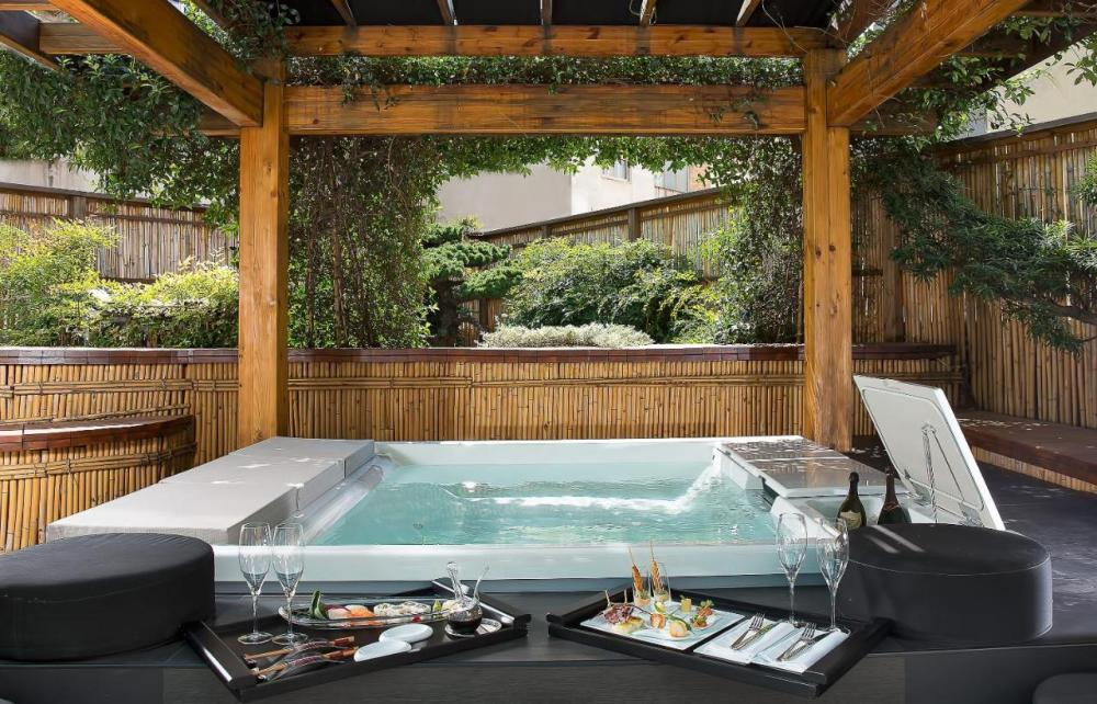 Hotel with private pool - Romeo hotel